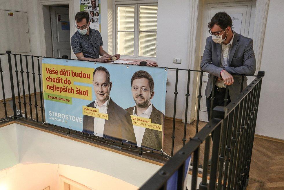 Volební štáb STAN na Malostranském náměstí v Praze.