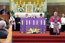 Bohoslužba za zemřelé a zraněné z rychlíku EuroCity. Před oltářem stálo sedm svící za sedm mrtvých.