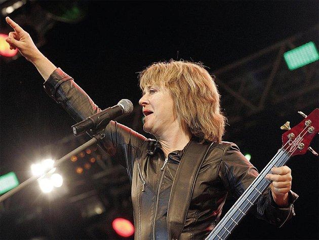 VLONI BODOVALA SUZI QUATRO. Vloni vystoupila na Benátské noci slavná rocková legenda Suzi Quatro a byla jedním z lákadel přehlídky.