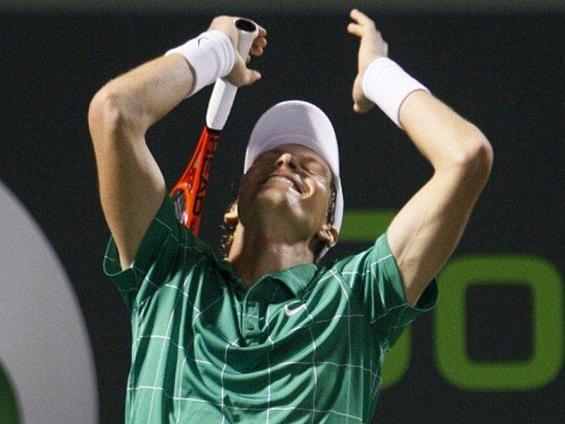 Tomáš Berdych se raduje v Miami z vítězstvé nad Rogerem Federerem.