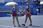 České tenistky Barbora Krejčíková (vlevo) a Kateřina Siniaková ve čtvrtfinále čtyřhry na LOH v Tokiu