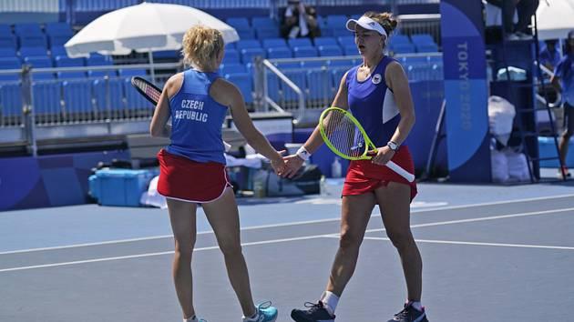 České tenistky Barbora Krejčíková (vlevo) a Kateřina Siniaková ve čtvrtfinále čtyřhry na LOH v Tokiu.