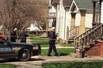 Tříletý chlapec zastřelil ročního kojence pistolí, kterou v neděli našel v rodinném domě v Clevelandu v americkém státě Ohio.