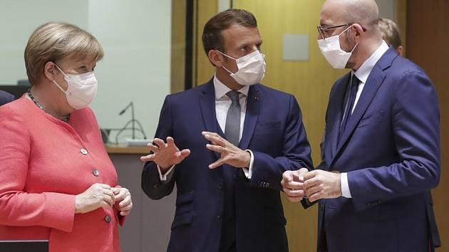 Vpravo předseda Evropské rady Charles Michel, vlevo německá kancléřka Angela Merkelová a uprostřed prezident Francie Emmanuel Macron, 17. července 2020