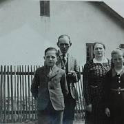 Vladimír Bernát v dětství s rodiči