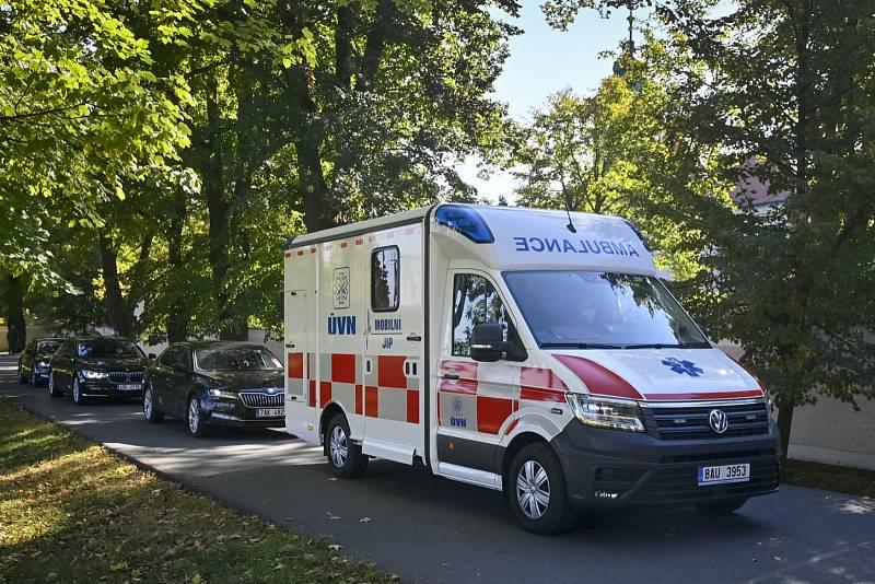 Sanitka s mobilní jednotkou intenzivní péče Ústřední vojenské nemocnice odvezla z Lán prezidenta Miloše Zemana