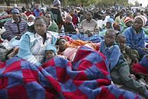Skupina zhruba tří set zimbabwských uprchlíků našla útočiště na dvoře jihoafrické ambasády v Harare.