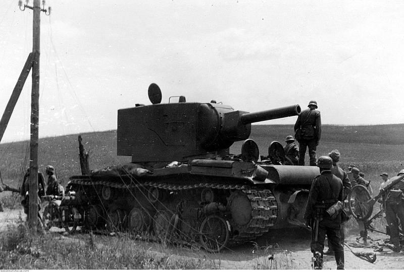 Němečtí vojáci si v roce 1941 prohlížejí ukořistěný tank KV-2