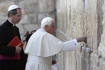 Papež se v úterý pomodlil u Zdi nářků