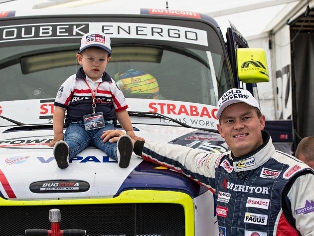TÁTA SE SYNEM. Adam Lacko není jen drsný trucker, ale i vzorný táta. Svého syna Nicolase bere na všechny závody po celé Evropě.