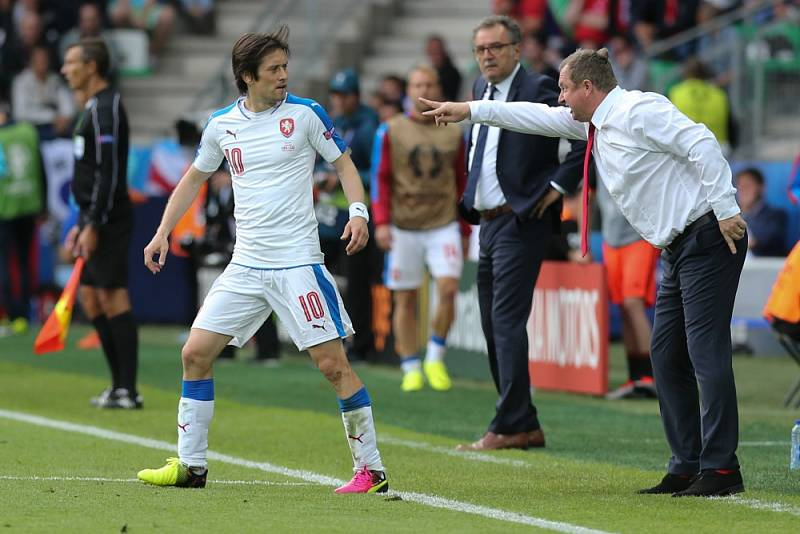 Pavel Vrba dává instrukce Tomášovi Rosickému.