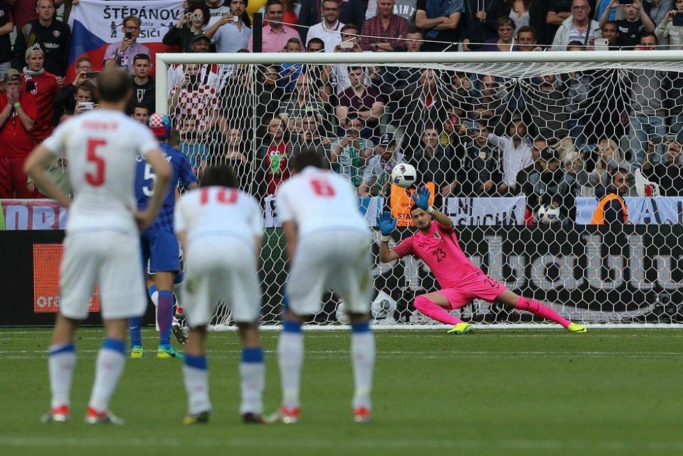Necid vyrovnává z penalty.