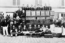 Louis Vuitton se svými zaměstnanci v dílně v městečku Asnières. Kufry s plochým víkem, které vyráběli, znamenaly batožinovou revoluci.