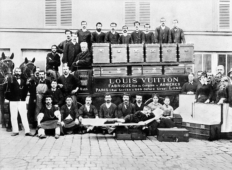 Louis Vuitton se svými zaměstnanci v dílně v městečku Asnières. Kufry s plochým víkem, které vyráběli, znamenaly zavazadlovou revoluci.