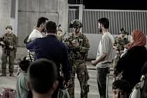 Američtí vojáci evakuují z Kábulu afghánské obyvatele.