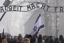 Nápis nad vchodem do koncentračního tábora v Osvětimi