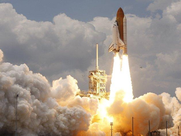 Raketoplán Atlantis při pondělním startu.
