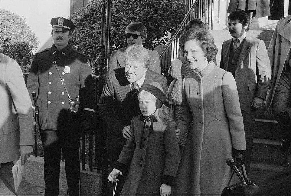 1977, Jimmy Carter. Nový prezident s manželkou Rosalynn a dcerou Amy právě vyrážejí na inauguraci ke Kapitolu