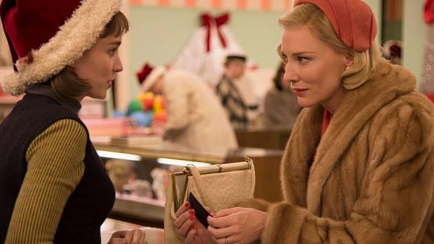 CAROL. V zahajovacím filmu Todda Haynese uvidíme Rooney Maru a Cate Blanchettovou.