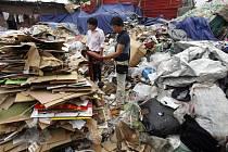 Peking zavírá své sběrny odpadu kvůli nadcházejícím olympijským hrám. Pro desetitisíce lidí to znamená ztrátu živobytí.
