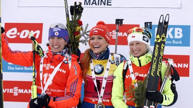 Gabriela Soukalová (uprostřed) ovládla sprint v Presque Isle. Druhá skončila Susan Dunkleeová (vlevo), třetí Krystyna Guziková.