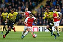 Alexis Sánchez z Arsenalu (uprostřed) uniká obraně Watfordu.