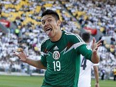 Oribe Peralta z Mexika slaví hattrick proti Novému Zélandu.