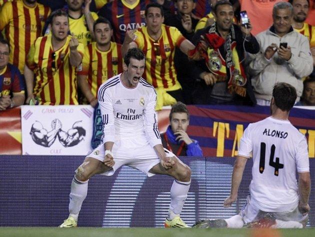 Gareth Bale z Realu Madrid (vlevo) se raduje z gólu proti Barceloně, který ocenil i hvězdný sprinter Usain Bolt.
