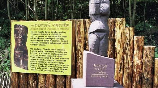 Replika Landecké Venuše. Originál sošky jediné štíhlé Venuše na světě byl nalezen 14. července 1953 na vrchu Landek u Petřkovic.