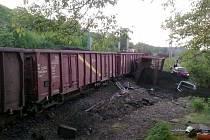 V Liběchově na Mělnicku vykolejil o půlnoci 21. května vlak s uhlím, škoda je 110 milionů.