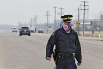 Kanadský policista s respirátorem - Ilustrační foto