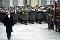 Prezident Václav Havel v krátkých kalhotách.