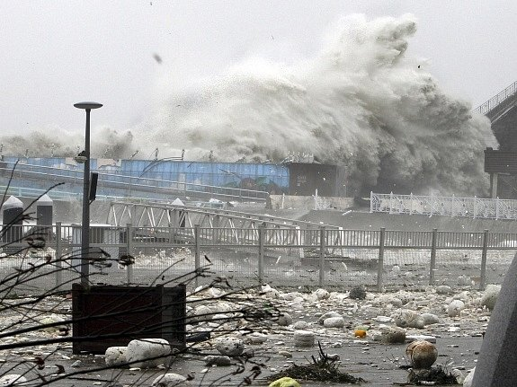 Vichry a mohutnými lijáky na Jižní Koreu udeřil tajfun Sanba.