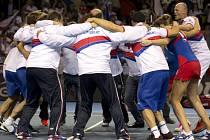 Tradiční vítězné kolečko. Český tým slaví vítězství ve finále Fed Cupu.