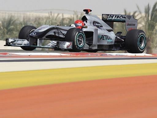 Michael Schumacher v tréninku na okruhu v Bahrajnu.