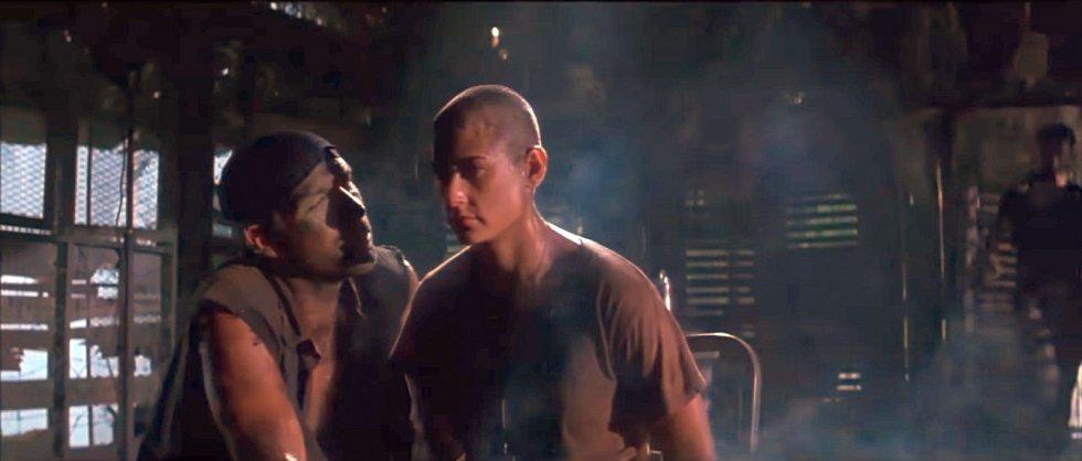 Demi Morreová ve filmu G. I. Jane z roku 1997