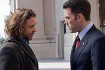 Russell Crowe (vlevo) s Benem Affleckem ve filmu Na odstřel.