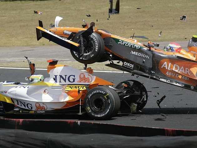 Japonec Jamamoto narazil zezadu do vozu Giancarla Fisichella. Ital letos už za Renault určitě nepojede.