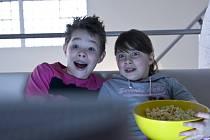 Výzkumníci totiž jednoznačně prokázali, že děti a dospívající, kteří sedí denně až několik hodin před televizí, mají ve srovnání se svými vrstevníky, kteří tak nečiní, větší obvod pasu, vyšší krevní tlak a také vyšší hladinu cholesterolu.