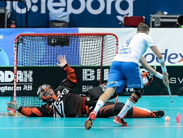 Brankář českých florbalistů Tomáš Kafka čaruje v semifinále MS proti Finsku.