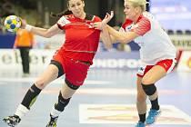 Česká reprezentantka Iveta Luzumová (vlevo) v souboji se soupeřkou.