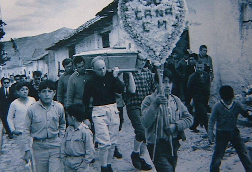 Smuteční průvod s rakví horolezce Ivana Bortela