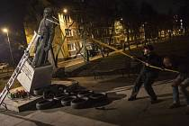 Polští aktivisté strhli sochu kněze, který údajně zneužíval děti.
