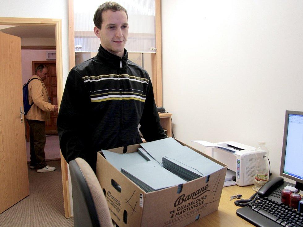 Úředník města Marek Pechal s volebními lístky pro lidi s trvalým pobytem na jesenické radnici.