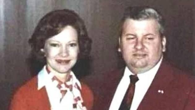 John Wayne Gacy, sériový vrah, který zabil 33 mladých mužů. Na fotce z roku 1978 je zachycený ve společnosti americké první dámy Rosalynn Carterové.