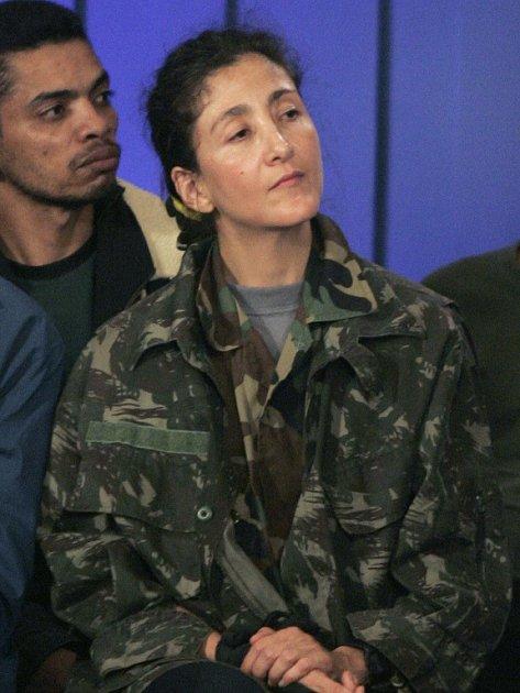 Francouzsko-kolumbijská politička Ingrid Betancourtová byla osvobozena ze zajetí kolumbijských povstalců. Snímek je z 2. července, když byla s dalšími 11 osvobozenými rukojmími převezena na leteckou základnu v Bogotě.