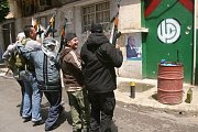 Sunnitští bojovníci procházejí liduprázdnými uličkami severolibanonského Bejrútu, kde se o víkendu rozhořely další boje mezi provládními sunnity a Sýrií podporovanými šíitskými bojovníky hnutí Hizballáh.