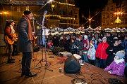 Sedmý ročník akce Česko zpívá koledy proběhl 13. prosince na různých místech České republiky. Na snímku je zpěv na náměstí Dr. E. Beneše v Liberci, do kterého se zapojili i František Černý, Karel Holas (na snímku vlevo) a Michal Pavlík z kapely Čechomor.