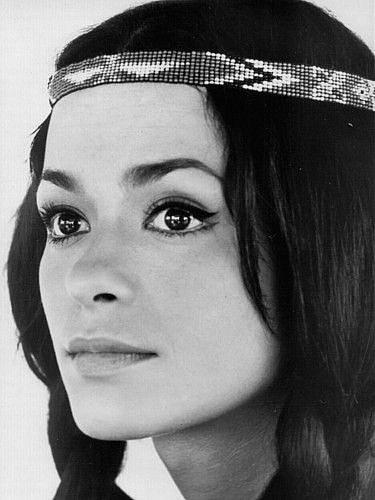 Jako Nšo-Či ji všichni milovali. Husté černé vlasy, podmanivý pohled.