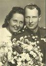 Svatební fotografie Milady a jejího manžela Františka Cába, který na ni celé tři roky čekal